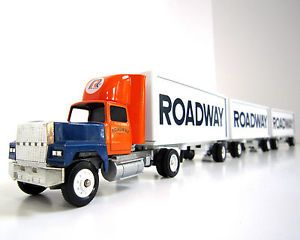 Roadway Express Semi w Triple Trailers Winross 1 64 Scale Freight Truck