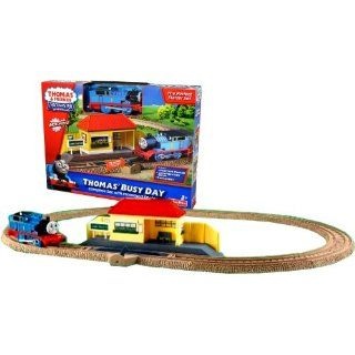 Fisher Price Year 2009 Thomas and Friends Trackmaster Motorized Railway Battery Powered Tank Engine Train Starter Playset   THOMAS' BUSY DAY with Motorized Thomas Engine, Complete Track Layout (8 Curved Track) with Flip Switch and Train Station Toys &